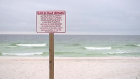Non lasci Trace Ordinance Sign in spiaggia di Pensacola, Florida archivi video