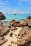 Non lontano dalla costa - yacht di navigazione Fotografia Stock