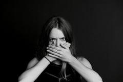Non parli la malvagità La ragazza chiude la vostra bocca Immagini Stock Libere da Diritti