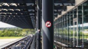 Non röka område på Zurich den internationella flygplatsen fotografering för bildbyråer