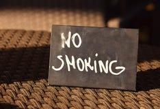 Non röka tecknet på en tabell Arkivbilder