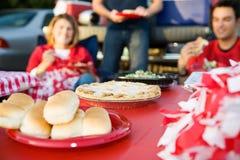 Non-respect des distances de sécurité : Foyer sur la tarte aux pommes sur le Tableau de la nourriture de fête d'avant-match Image stock