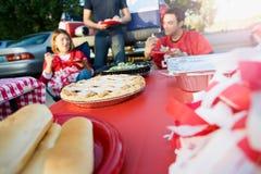 Non-respect des distances de sécurité : Foyer sur la tarte aux pommes sur le Tableau de la nourriture de fête d'avant-match Photographie stock