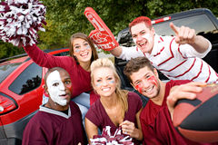 Non-respect des distances de sécurité : Groupe d'étudiants universitaires excités pour la partie de football Photo stock