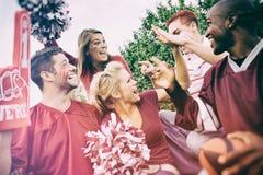 Non-respect des distances de sécurité : Groupe d'étudiants universitaires excités pour la partie de football Images stock