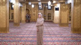 Non in Robetribunes binnen een Islamitische Moskee Egypte stock videobeelden