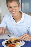 non sano centrale invecchiato dell'uomo fritto mangiare della prima colazione Fotografie Stock Libere da Diritti