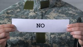 Non non scritto su carta in mani del soldato, concetto della guerra di conclusione, pace di mondo archivi video