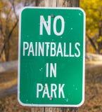 Non si inverdisca paintball nel segno del parco sul palo di legno fotografie stock libere da diritti