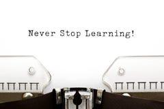 Non smetta mai di imparare la macchina da scrivere fotografia stock libera da diritti