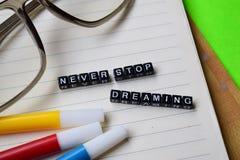 Non smetta mai di sognare il messaggio sui concetti di motivazione e di istruzione fotografia stock libera da diritti