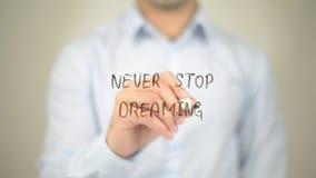 Non smetta mai di sognare, scrittura dell'uomo sullo schermo trasparente fotografia stock libera da diritti