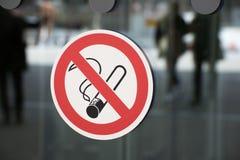 Non-smoking teken op een glasmuur als teken van verbod royalty-vrije stock afbeelding