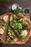 Non una pizza italiana tradizionale con i broccoli, uovo, lattuga, gatto Immagine Stock