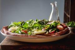 Non una pizza italiana tradizionale con i broccoli, uovo, lattuga, gatto Fotografia Stock