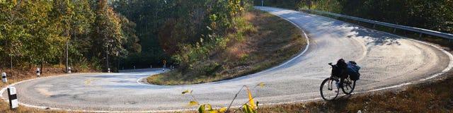 Non vada in bicicletta sull'alpeggio Asphalt Road del pendio giù Autocar, Pano Fotografia Stock Libera da Diritti
