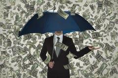 Non vedo alcuna crisi, pioggia di soldi, uomo di affari sotto l'ombrello fotografie stock