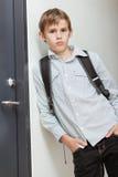 Nonchalant zelf-verzekerde jonge schooljongen Stock Afbeeldingen