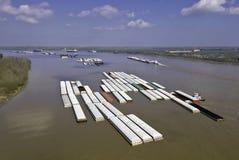 驳船密西西比河拖曳 免版税库存照片