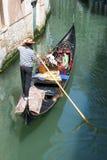 平底船的船夫游人威尼斯 图库摄影