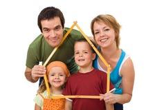Ευτυχής οικογένεια με τα κατσίκια τους - έννοια ακίνητων περιουσιών Στοκ Εικόνες