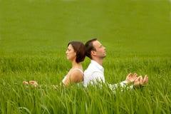 夫妇绿色瑜伽 图库摄影