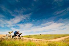 户外骑自行车的骑自行车者放松 免版税库存照片