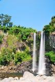 низкий величественный водопад съемки Стоковая Фотография RF