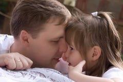 女儿父亲他的亲吻小 免版税库存照片