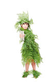 Το όμορφο μικρό κορίτσι που ντύνεται στο πράσινο φυτό βγάζει φύλλα Στοκ Εικόνες