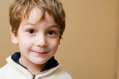 咧嘴一点的男孩 免版税库存照片