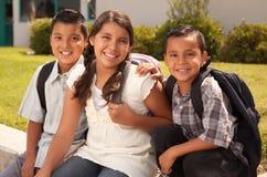 兄弟逗人喜爱的准备好的学校姐妹 免版税库存照片