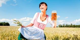κορίτσι μπύρας Στοκ Φωτογραφίες