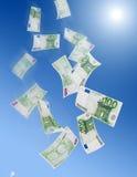 落钞票的欧元一百一个 库存照片