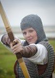 装甲鞠躬中世纪妇女 库存图片