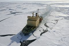 南极洲破冰船 图库摄影