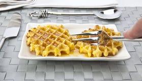 新鲜的蜂蜜奶蛋烘饼 免版税库存照片