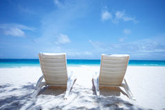 热带海滩睡椅的休息室 库存照片