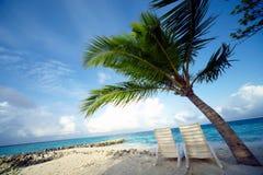 热带海滩睡椅的休息室 图库摄影