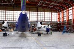 飞机棚维护 库存图片
