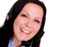 使用妇女年轻人的愉快的耳机 免版税库存照片