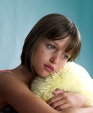 女孩枕头纵向黄色 免版税库存照片