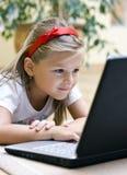 女孩膝上型计算机使用 图库摄影