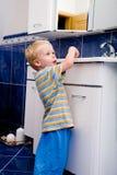 男孩在卫生间里 免版税库存照片