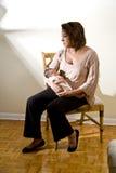 Μπλε μωρών, λυπημένη μητέρα με νεογέννητο Στοκ εικόνες με δικαίωμα ελεύθερης χρήσης