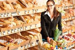 企业副食品商店妇女年轻人 免版税库存照片