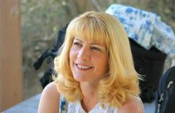 白肤金发的逗人喜爱的查找的妈妈  免版税库存图片