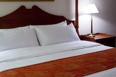 определенный размер король кровати Стоковое Изображение
