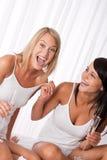 一起有的乐趣二个妇女年轻人 库存照片