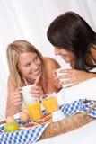 咖啡饮用的微笑二个妇女年轻人 库存图片